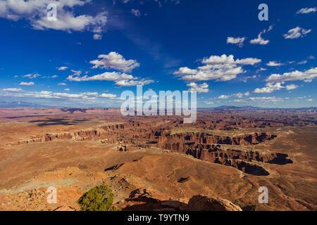 vista del paisaje sobre un cañón por la tarde