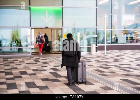 ROSTOV-on-Don, Rusia - 7 de octubre de 2018, personas no identificadas introduzca Platov: Aeropuerto internacional de la ciudad de Rostov-on-Don, Rusia. Tiene una capacidad de 5 millones