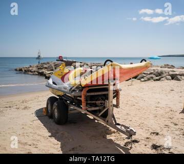 Bote Salvavidas RNLI jet ski en el remolque en la playa de Arenales Poole