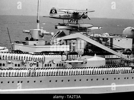 Revisión de la flota con ocasión de la visita de Adolf Hitler y su invitado, el almirante Horthy, el regente de Hungría. La imagen muestra el acorazado 'Gneisenau', durante el desfile de la flota que tuvo lugar cerca del fiordo de Kiel. Los marineros están en formación de desfile, un hidroavión es también a bordo. Foto de stock