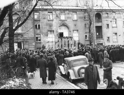 La primera reunión del partido del KPD en el Prinzregententheater de Munich.