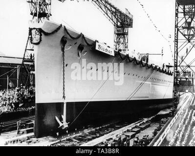 Lanzamiento del heavy cruiser 'Bluecher' en Kiel en presencia de Generaladmiral Erich Raeder y numerosos invitados honorables, así como los marineros, los soldados y los espectadores. Foto de stock