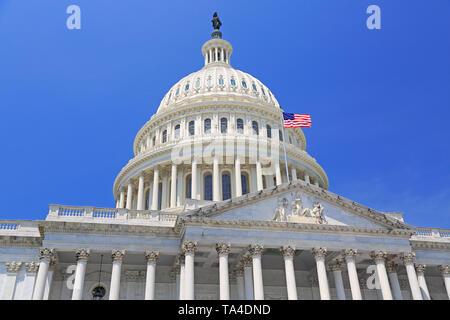 Edificio del Capitolio Nacional con bandera estadounidense en Washington DC, EE.UU.
