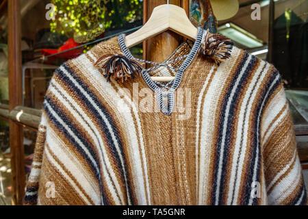 Untar tradicional chileno en el colgador para la venta en el mercado