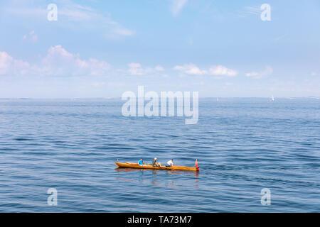 Tres hombres en un bote de remos sobre Öresund, Dinamarca