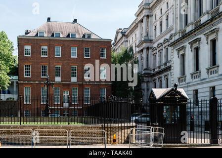 Londres, Reino Unido - 14 de mayo de 2019: puerta de entrada posterior al 10 de Downing Street, en la ciudad de Westminster, Londres, Reino Unido. El 10 de Downing Street es la residencia de t Foto de stock