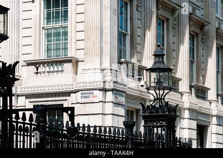 Londres, Reino Unido - 14 de mayo de 2019: los nombres de las calles signos Downing Street y Whitehall en la puerta del 10 de Downing Street, la residencia del Primer Ministro de la U Foto de stock