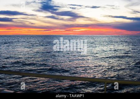 Impresionante puesta de sol, el mar, el sol y con las nubes y el reflejo del sol.