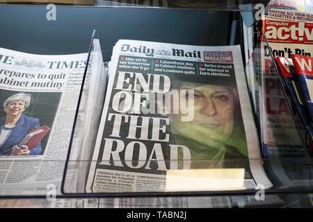 "Daily Mail titular de prensa portada ""END OF THE ROAD"" para PM Teresa mayo en un kiosco de periódicos en un quiosco el 23 de mayo de 2019 en la acumulación de un conservador Tory concurso de liderazgo, en Westminster, Londres, Inglaterra"