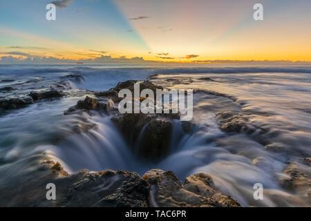 Ee.Uu., Hawai, Isla Grande, en Kona, Pele's bien, Blowhole en aunset