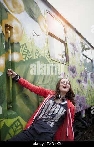Retrato de una adolescente feliz en un vagón de tren pintada