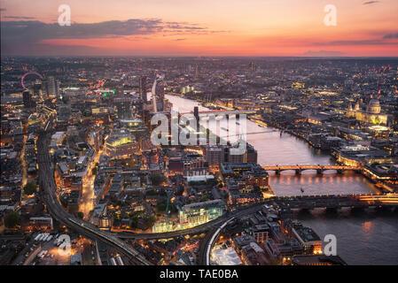Vista aérea de la ciudad de Londres al atardecer, Reino Unido .