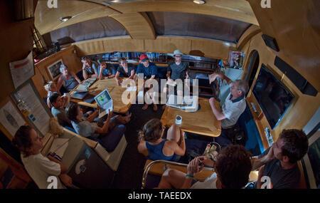 Tara Oceans Expeditions - Mayo de 2011. El Prof. Gabriel Gorsky hablando en la reunión científica a bordo de Tara, Guayaquil-Galapagos pierna; Ecuador