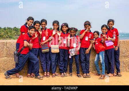 Vista horizontal de un grupo de niños de escuela en la India.
