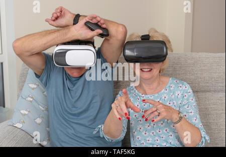 Portsmouth, Reino Unido, pareja de ancianos divirtiéndose llevaba gafas de realidad virtual