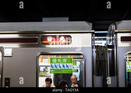 Utsunomiya, Japón - Abril 5, 2019: la estación de tren local de la plataforma en línea Nikko firmar con muchas personas en el vehículo y firmar Foto de stock