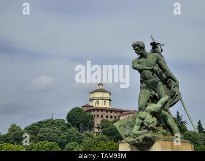 Turín, Piamonte,Italia.junio de 2018. Desde el puente Umberto I, vista de una de las estatuas del puente con la iglesia barroca de Santa Maria al Monte i