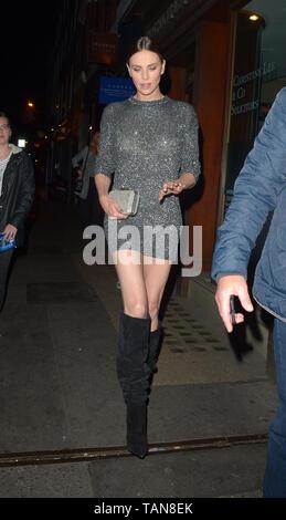 Charlize Theron Pasos En Un Vestido Metálico Y La Rodilla