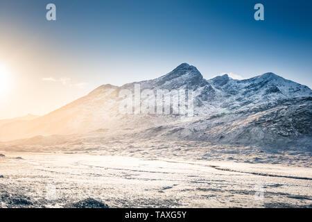 Isla de Skye paisaje: Paisaje invernal en Cuillin Hills, montañas cubiertas de nieve en Escocia