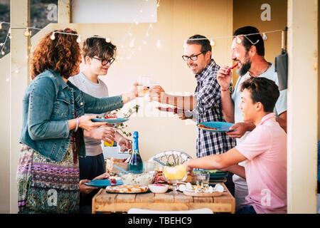 Amistad y alimentos con conept Pueblo Caucasiano almorzar o cenar todos juntos con la diversión y risas, diferentes edades, hombres y mujeres con adolescentes