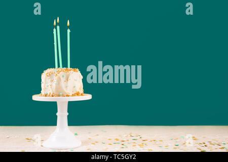 Tarta de cumpleaños con velas. Concepto de celebración de fiestas de cumpleaños. Horizontal, bold quetzal fondo verde