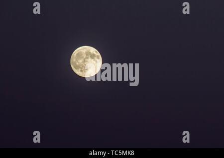 La luna llena se eleva sobre el Cañón Marble en el Parque Nacional del Gran Cañón, Arizona.