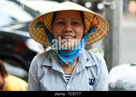 Retrato de mujer con sombrero cónico tradicional,Ciudad Ho Chi Minh, Vietnam, el Sudeste de Asia.