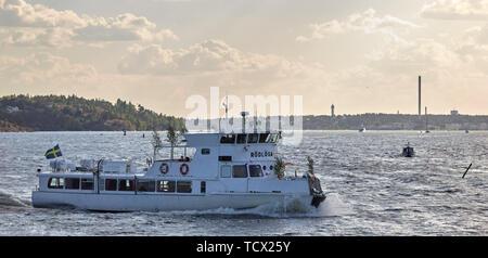 Barco de pasajeros Rödlöga en el archipiélago de Estocolmo, Suecia