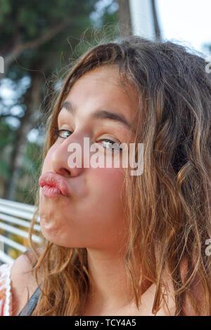 Linda jovencita writhes divertidas caras y labios de pato