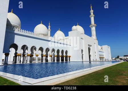 El hermoso Gran Mezquita de Sheikh Zayed, en Abu Dhabi.