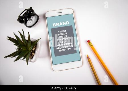 Concepto de Marca. El smartphone en el cuadro blanco
