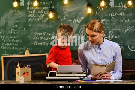 El profesor y el estudiante en el aula de una escuela, profesor establece altas expectativas para sus alumnos, escribir la composición anual