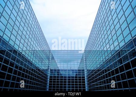 Negocios futurista edificio moderno con fachada de vidrio.