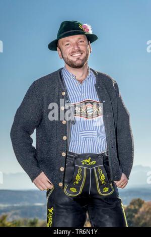 Vestido tradicional bávaro de hombre con sombrero tirolés, Alemania, Baviera