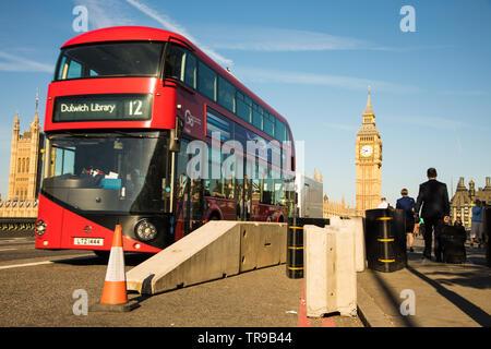 Autobús londinense en Westminster Bridge pasando anti barreras para vehículos