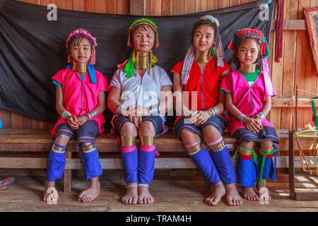 Kayan Lahwi madre con sus tres hijas
