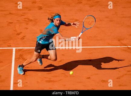 París, Francia, el 2 de junio, 2019, el tenis, el Abierto de Francia, Roland Garros, Stefanos Tsitsipas (GRE) en acción contra Wawrinka (SUI) Foto: Henk Koster/tennisimages.com