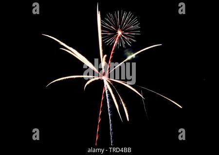 Rojo, blanco y azul, los fuegos artificiales iluminan el cielo sobre el 4º de julio de 2015