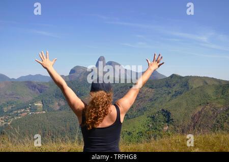 Mujer de edad midle en la cima de una montaña. Concepto de éxito, la libertad, la alegría, la auto estime, Aventura