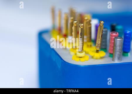 Cerca de instrumentos dentales para la extracción de los nervios dentario sobre un fondo blanco, el enfoque selectivo copyspace.