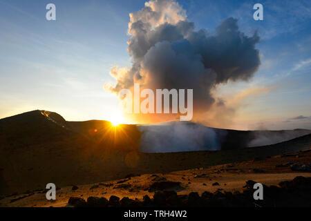 Mt Yasur volcán en erupción al atardecer, la isla de Tanna, Vanuatu Foto de stock