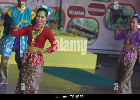 Baile tradicional en la ciudad de Malaca por bailarines locales, hombres y mujeres, Melaka, Malasia.