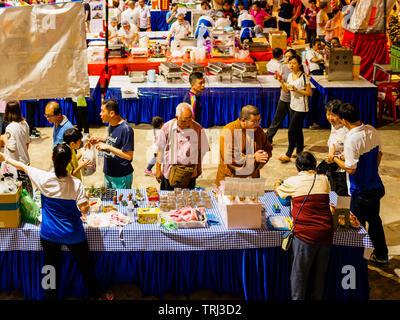 Singapur, 18 de mayo de 2019 - Los devotos y monjes explorar el Vesak Day night market dentro del templo de la colina Bright (Kong Meng San Phor Kark See).