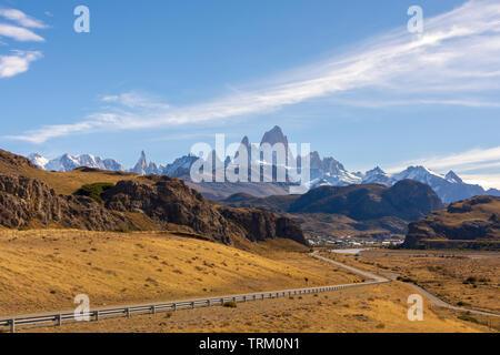 Un camino que conduce a la localidad de El Chaltén, en la región de la Patagonia Argentina con el Fitz Roy al fondo. En la carretera, viajando concepto.