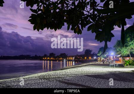 Vista de Breakas resort frente a la playa por la noche, Port Vila, Vanuatu, en la Melanesia