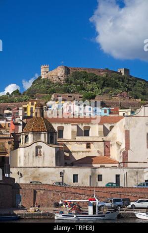 Bosa Ciudad Vieja con el castillo Malaspina en la cima de la colina, la Riviera del Corallo, Cerdeña, Italia