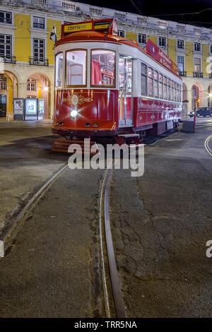 Lisboa, Portugal. Tranvía antiguo utilizado por la empresa Carris para turismo o turismo recorridos en Praca do Comercio aka Commerce Square o Terreiro do Paco