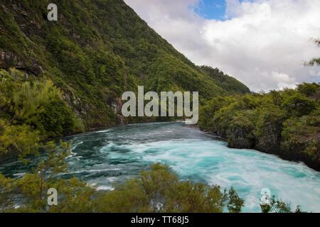 Las aguas turquesas del río Petrohue en la región patagónica de la Cordillera de Los Andes, en Chile; en su origen son los Saltos de Petrohué.