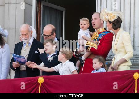 5 años de Prince George Cambridge agarra la RAF flypast folleto desde el Príncipe Michael de Kent's manos.El Palacio de Buckingham balcón, Trooping el Color
