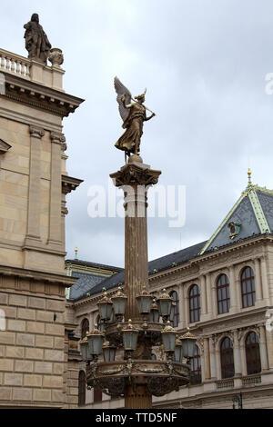Lámpara ornamental en la parte delantera de la sala de conciertos Rudolfinum, en Praga